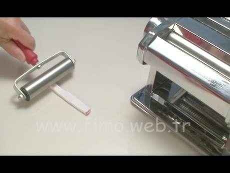 Silindir hamuru metal merdane ile yassı olması için üzerinden geçip eziliyor.