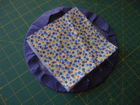 Elyafla aynı büyüklükte farklı renkte kare kumaş kesip, elyafın üzerine yerleştirin.