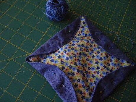 Dairenin kıvrılan parçasının hemen kenarından patchwork ipliği ile teğel şeklinde dikin.Ben evdekileri değerlendirmek için 8nm etamin ipliği ile denedim.Teğellerken kumaşla zıt renkli iplikleri de tercih edebilirsiniz.