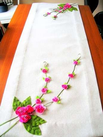 Keçe çiçeklerle işlenmiş runner