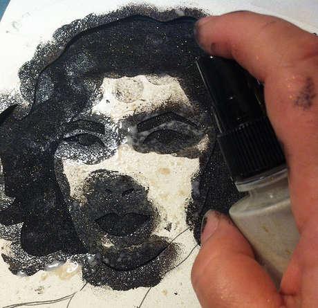boyayı süngerle tamponladıktan sonra simli bir sprey sıkıyor galiba,isteğe bağlı kullanılmasada olur