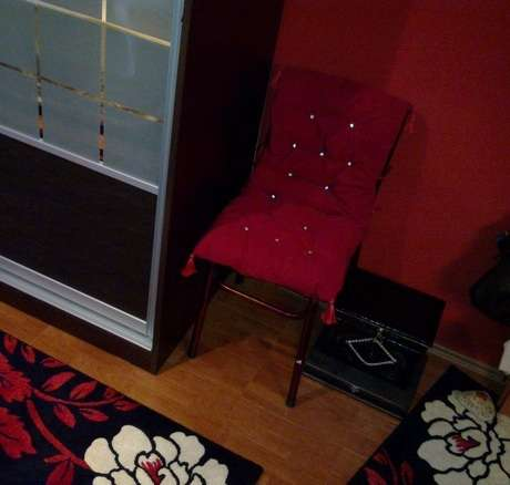 yastığa kurdeleler diktim ve sandalyeye bağladım