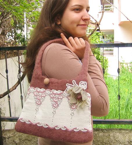 dantelli boncuk çiçekli keçe çanta