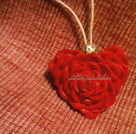 güller kalp şeklinde açtı