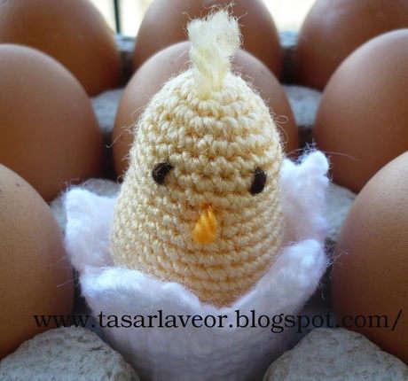 Örgü yumurtasından çıkan örgü civciv