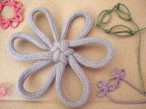 düğüm atılarak yapılmış çiçekler