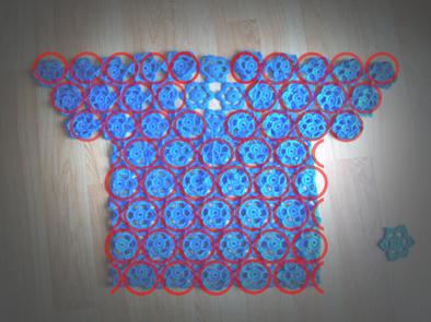 motifle yapılmış mavi kazağım