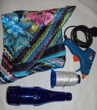 Bir eşarp, bir şişe,bir slikon tabanca ve iğne ile iplik