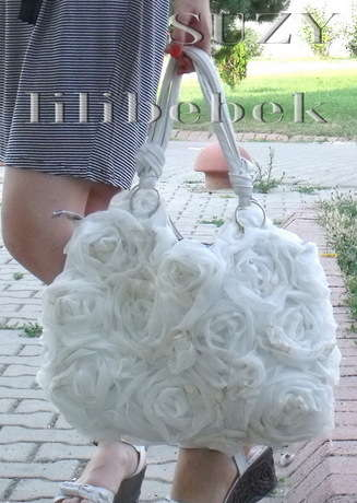 Güllerle çantanı yenile