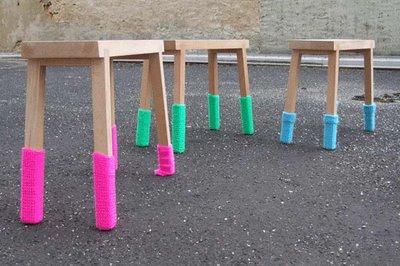 Sandalye ve taburelerin ayaklarına rengarenk patik örün.