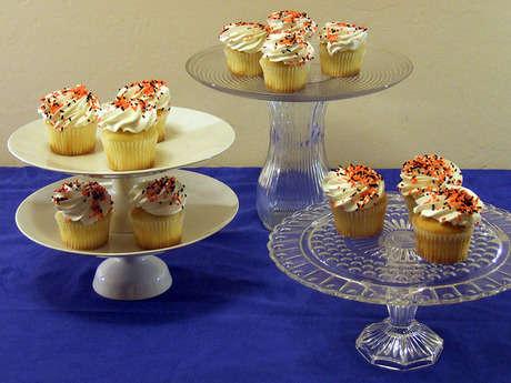 Porselen, cam tabaklar, ayaklı dondurmalık ve çeşitli boylarda vazolar vazolardan kek standı yapın.