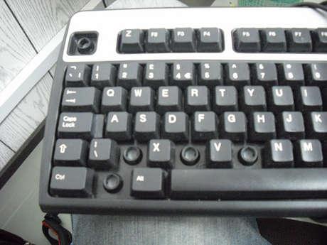 Bozuk ve tuşlarını söktüğüm klavye