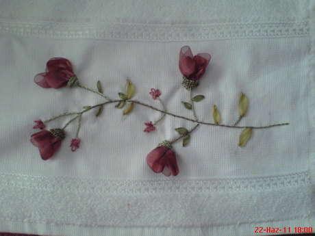 kurdele nakışından bordo çiçekler