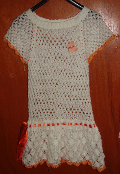 Görümcemin el emeklerinden size sunmak istiyorum.Bu elbiseyi 12 yaşındaki kızına yaptı. Çok da yakışıyor. Sizde beğenirseniz ne mutlu meryem'e :)