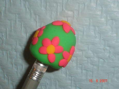 Kalem arkasına takılan çiçekli silgi