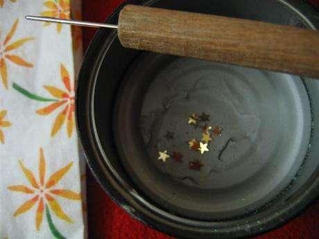 bir kaba dökülür,sivri uçlu birşey vasıtası ile içinden yıldızlar çıkartılır