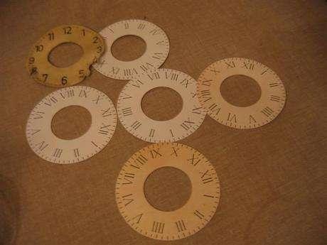 Oğluma, 4 rakamı eski saatlarde olduğu gibi (IV değilde) IIII şeklinde olan bir kadran hazırlattık.