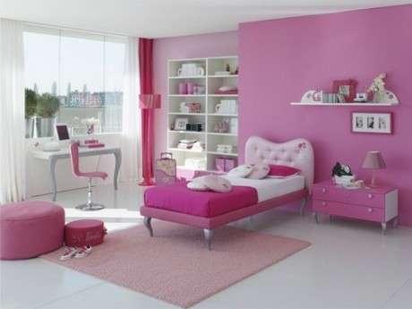 pembe ve beyaz renk kombinasyonu ile tasarlanmış genç kız yatak odası.