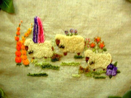 bebek battaniyesinin üzerindeki kuzular el nakışı astragan işiyle yapılmış, kuzular gerçek gibi olmuş.