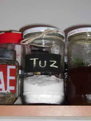 Karatahta boyası ile etiketlediğim tuz kavanozum
