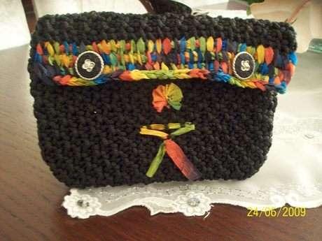 Bu sevimli cüzdanı ördüğüm çantadan artan iple ördüm ve renkli kurdela iple süsledim.Beğeninize sunuyorum!!!