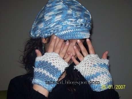 Maviş kasket şapka ve parmaksız eldivenler.