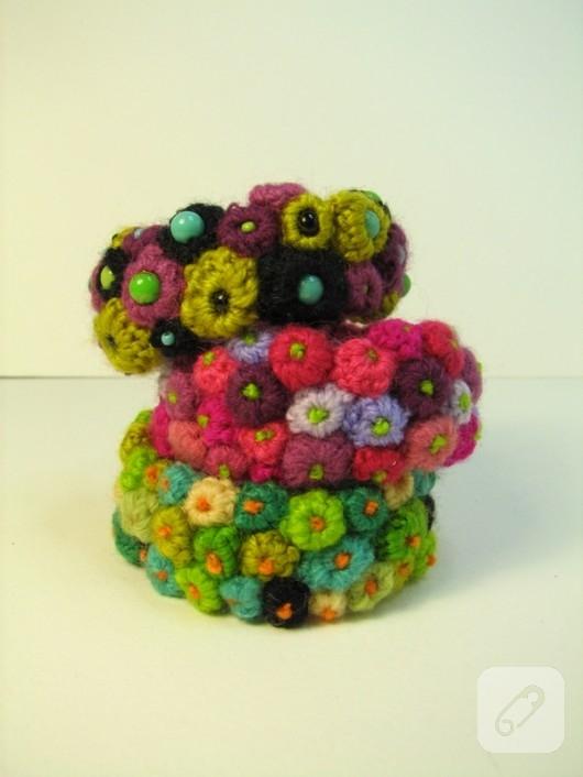tığ işi renkli çiçekli bileklik modelleri