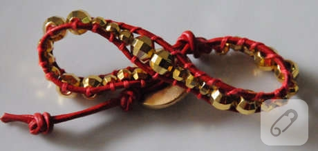 altin-rengi-boncuklu-kirmizi-ip-bileklik-modeli