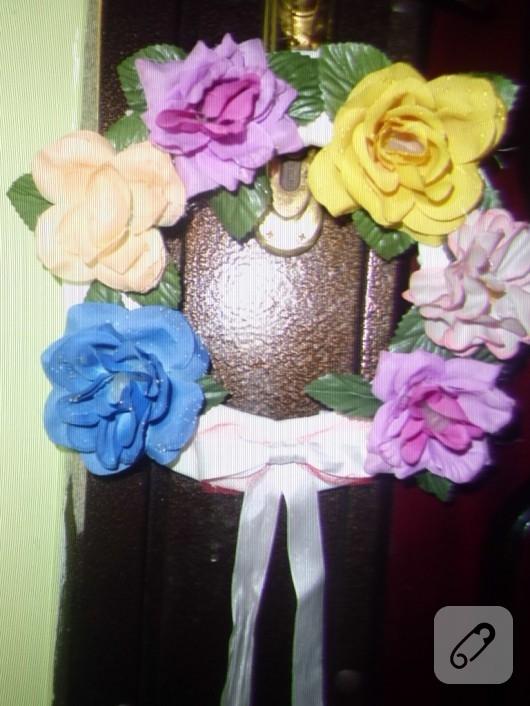 Yapma çiçeklerden kapı süsü