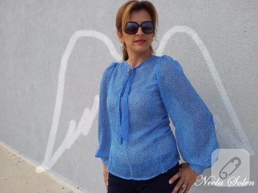 Beyaz benekli mavi bluz