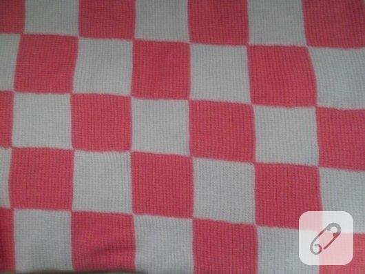 pembe-beyaz-kareli-basit-orgu-bebek-battaniyesi