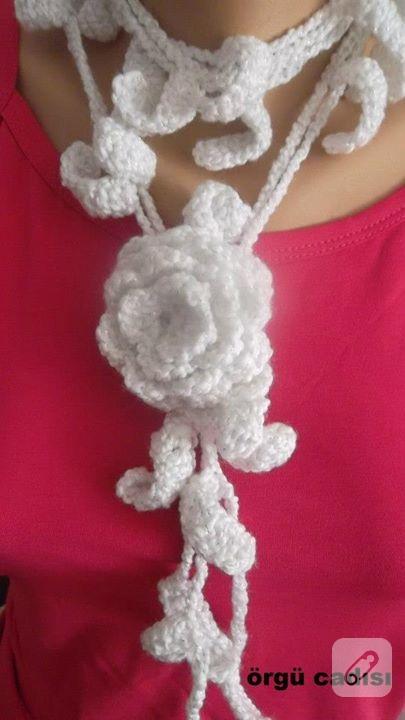 beyaz çiçekli örgü fular kolye
