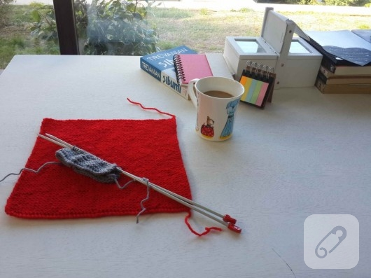 kareli işlemeli kırmızı beyaz örgü battaniye