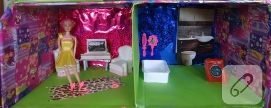 Kartondan Barbie evi