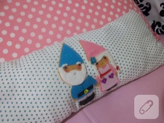 Keçe süslemeli puantiyeli yastık