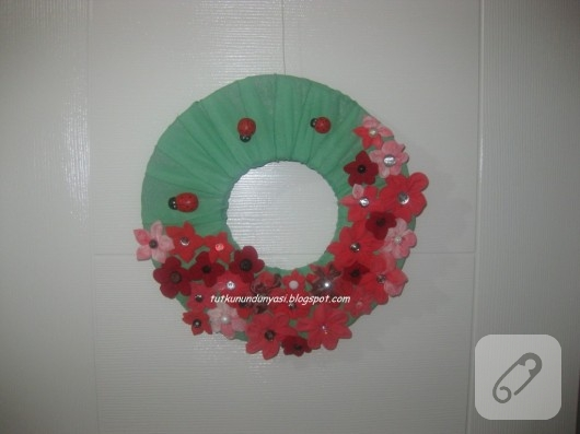 Kumaş çiçek süslemeli kapı süsü