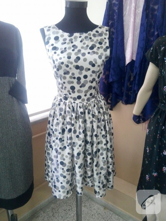 ipek-saten-kumastan-puantiyeli-elbise-modelleri