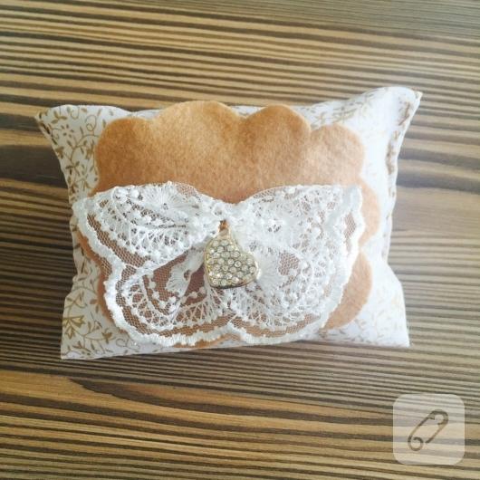 dantel-ve-kece-suslemeli-minik-dekoratif-yastik-yapimi-11