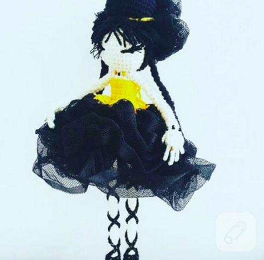 amigurumi-siyah-sacli-tig-isi-orgu-bebek