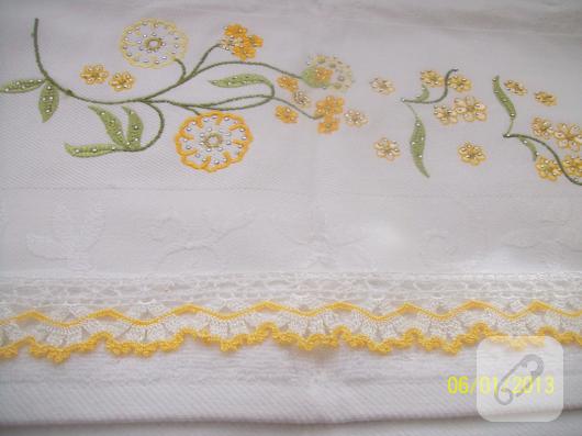 cicek-islemeli-sari-beyaz-tig-isi-dantel-havlu-kenari-modeli