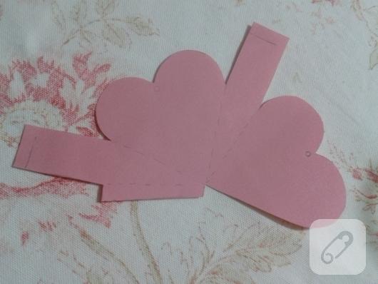 kartondan-pembe-kalp-seklinde-hediye-paketi-nasil-yapilir-4