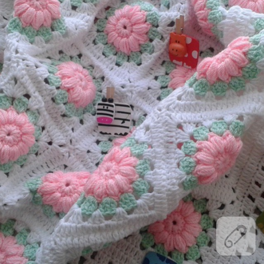 pemve-cicekli-beyaz-tig-isi-bebek-battaniyesi-modeli