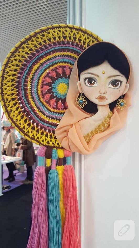 hintli-kiz-mandala-desenli-duvar-susu