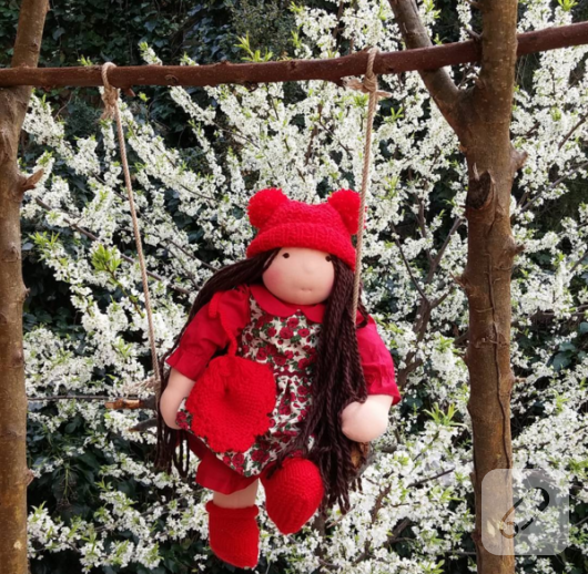 kirmizi-bereli-elbiseli-bez-bebek-oyuncak