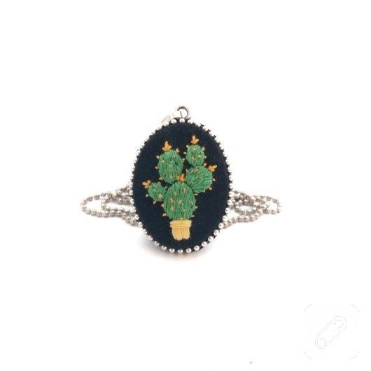 siyah-etamin-ustune-kaktus-desenli-nakisli-kolye