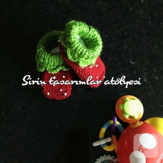 cilekli-orgu-bebek-patikleri-1