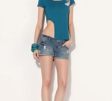 asimetrik bel dekolteli mavi tişört