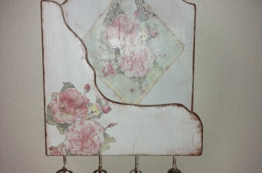 ahsap-boyama-ve-eskitme-uygulanmis-dantelli-duvar-anahtarligi