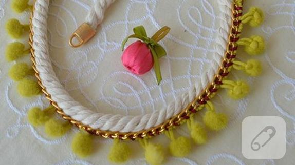 sari-ponpon-kolye-yapimi