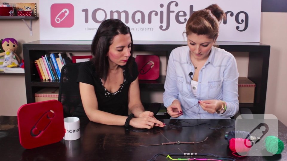 Video: Makrome bileklik nasıl yapılır?